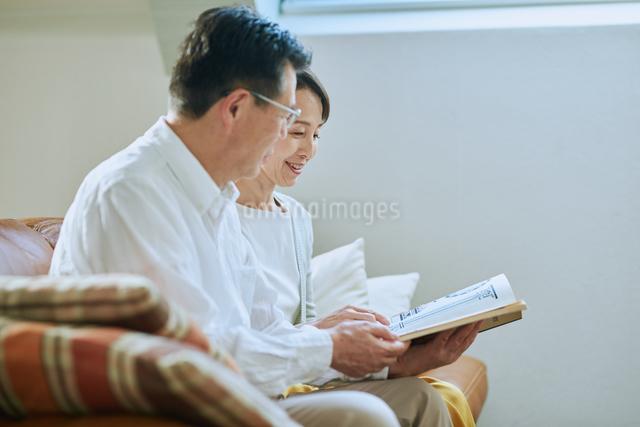家で読書をする夫婦の写真素材 [FYI03118096]