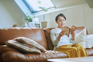家で読書をする女性の写真素材 [FYI03118104]