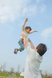 高い高いをする父と息子の写真素材 [FYI03118134]