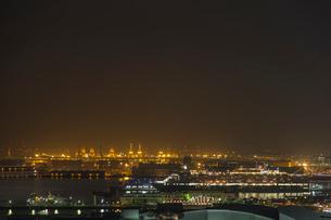 横浜の夜景に溶け込むクイーン・エリザベス号の写真素材 [FYI03118187]