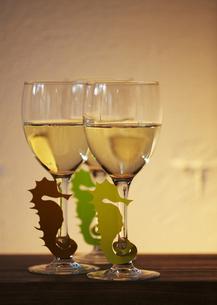 タツノオトシゴのグラスマーカーとワイングラスの写真素材 [FYI03118322]