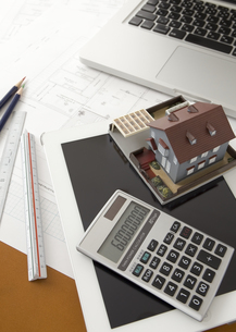 建築模型と電卓とタブレットPCの写真素材 [FYI03118334]