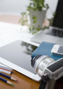 机の上のカメラとタブレットPCの写真素材 [FYI03118337]