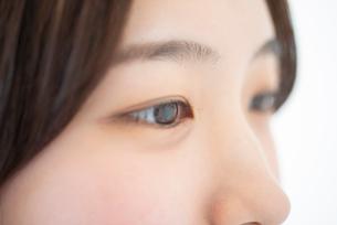女性の目元のアップの写真素材 [FYI03118357]