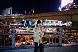 夜の街の女性の写真素材 [FYI03118449]