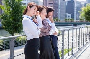 悩むビジネスウーマンの写真素材 [FYI03118458]
