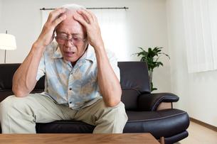 頭痛で苦しむシニアの写真素材 [FYI03118518]