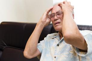 頭痛で苦しむシニアの写真素材 [FYI03118521]