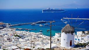 ミコノス島 ボニの丘の風車とエーゲ海の眺めの写真素材 [FYI03118575]