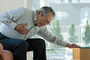 胸の痛み苦しむシニアの男性の写真素材 [FYI03118601]