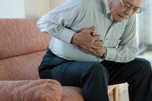 胸の痛み苦しむシニアの男性の写真素材 [FYI03118602]