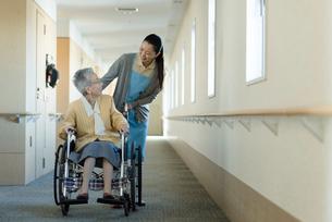 介助される車椅子の老婦人の写真素材 [FYI03118609]