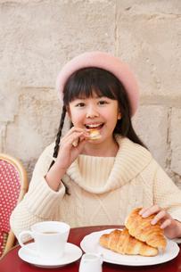 カフェでお茶をする女の子の写真素材 [FYI03118780]