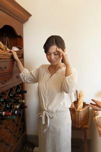 仕事中に頭痛をおこす女性の写真素材 [FYI03118783]