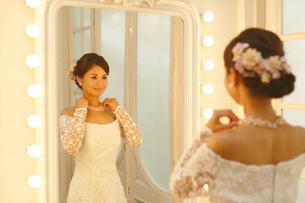 鏡を見る美しい新婦の写真素材 [FYI03118786]