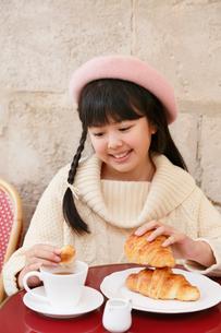 カフェでお茶をする女の子の写真素材 [FYI03118787]