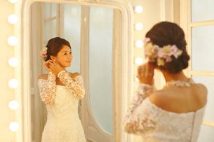 鏡を見る美しい新婦の写真素材 [FYI03118800]