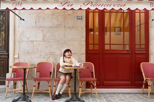 カフェでお茶をする女の子の写真素材 [FYI03118801]