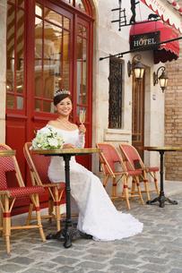 海外イメージのカフェで寛ぐ美しい花嫁の写真素材 [FYI03118814]