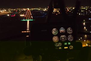 夜景空撮 着陸寸前の 航空機より 滑走路の写真素材 [FYI03118857]