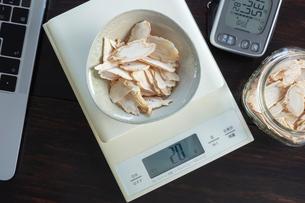 チップ状の乾燥したコウライニンジンの写真素材 [FYI03119577]