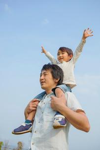 肩車をした父と息子の写真素材 [FYI03119622]