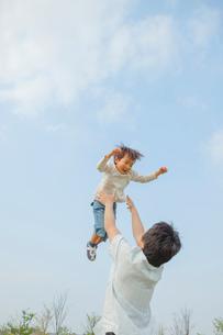 高い高いをする父と息子の写真素材 [FYI03119623]