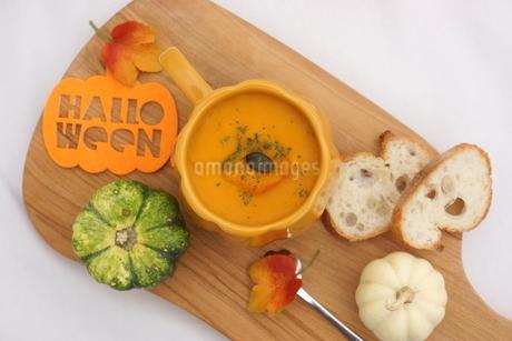 カボチャのスープとパンの写真素材 [FYI03119652]