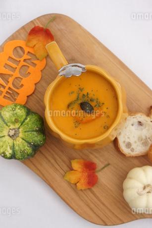 カボチャのスープとパンの写真素材 [FYI03119653]