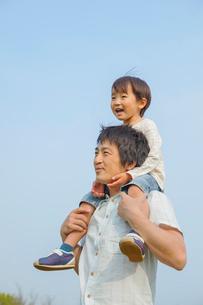 肩車をした父と息子の写真素材 [FYI03119681]