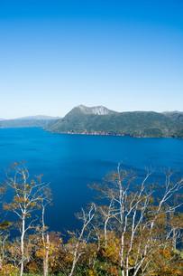 青い湖と晴れた空 摩周湖の写真素材 [FYI03119714]