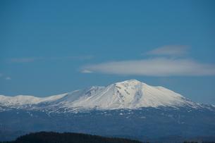 冠雪した山頂と青空 大雪山の写真素材 [FYI03119721]