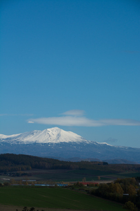 冠雪の山頂と青い空 大雪山の写真素材 [FYI03119722]