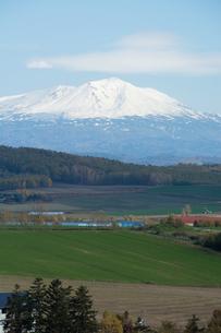 冠雪した山頂と畑作地帯 大雪山の写真素材 [FYI03119723]