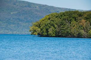 青い静かな湖の写真素材 [FYI03119730]