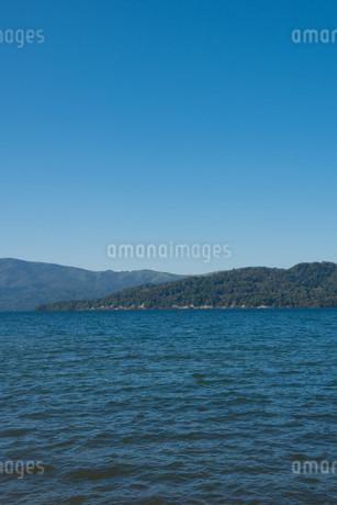 青い静かな湖の写真素材 [FYI03119731]