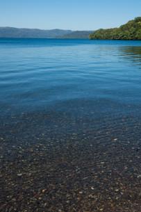 透明な静かな湖の写真素材 [FYI03119734]
