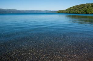青い透明な静かな湖の写真素材 [FYI03119735]