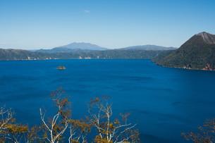 青い湖と晴れた空の写真素材 [FYI03119742]
