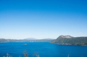 青い湖と晴れた空の写真素材 [FYI03119743]