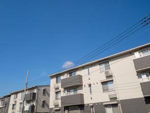 住宅街のアパートの写真素材 [FYI03119820]