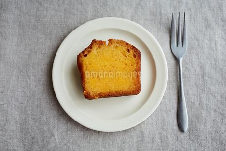 レモンパウンドケーキとフォークの写真素材 [FYI03119880]