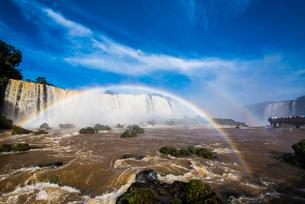 世界最大イグアスの滝と虹(ブラジル側)の写真素材 [FYI03120025]