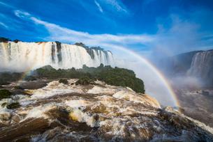 世界最大イグアスの滝と虹(ブラジル側)の写真素材 [FYI03120026]