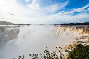 「悪魔の喉笛」イグアスの滝の写真素材 [FYI03120036]