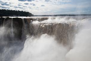 「悪魔の喉笛」イグアスの滝の写真素材 [FYI03120037]