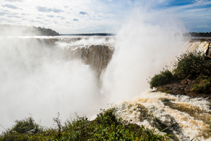「悪魔の喉笛」イグアスの滝の写真素材 [FYI03120038]