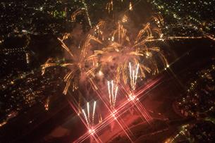 夜景空撮 花火空撮 クロスフィルターの写真素材 [FYI03120072]