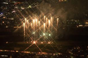 夜景空撮 花火 クロスフィルターの写真素材 [FYI03120073]