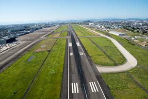 空港の 滑走路の写真素材 [FYI03120104]